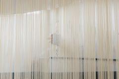 Frau, die eine Wolldecke spinnt Lizenzfreies Stockfoto