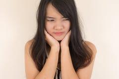 Frau, die eine Zahnschmerzen hat lizenzfreies stockbild