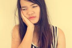 Frau, die eine Zahnschmerzen hat Stockfoto