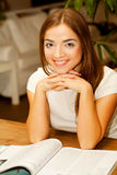 Frau, die eine Zeitschrift zur Teezeit liest Lizenzfreie Stockfotos