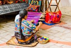 Frau, die in einem alten Dorf in Guatemala spinnt lizenzfreies stockfoto