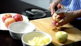 Frau, die einem Apfel abzieht stock video