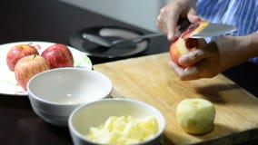 Frau, die einem Apfel abzieht stock footage