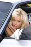 Frau, die in einem Auto sitzt Lizenzfreie Stockfotografie