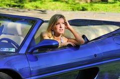 Frau, die in einem Auto sitzt Lizenzfreies Stockfoto