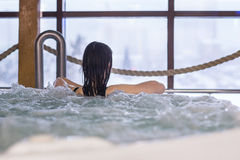 Frau, die in einem Badekurort genießt lizenzfreie stockfotos