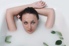 Frau, die in einem Badezimmer sich entspannt Stockbilder