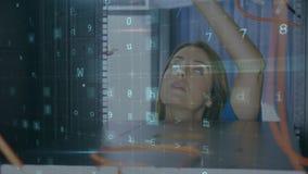 Frau, die an einem Computerserver mit mit bewegenden Datensicherheitsmitteilungen arbeitet stock footage