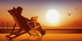 Frau, die in einem deckchair vor einem Pool, das Internet surfend liegt lizenzfreie abbildung