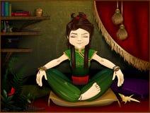 Frau, die in einem gemütlichen Raum meditiert Stockbild