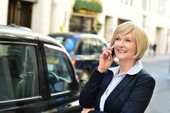 Frau, die an einem Geschäftsanruf teilnimmt Lizenzfreies Stockbild