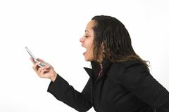 Frau, die an einem Handy lacht Stockfotografie