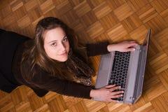 Frau, die an einem Laptop arbeitet Stockfoto