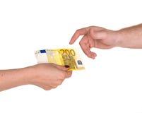 Frau, die einem Mann Banknote des Euros 200 gibt Stockfotografie