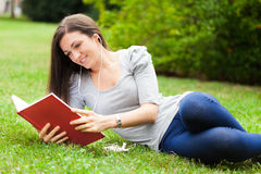 Frau, die in einem Park sich entspannt stockfoto