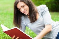 Frau, die in einem Park sich entspannt lizenzfreie stockbilder