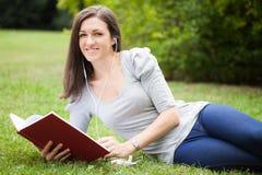 Frau, die in einem Park sich entspannt lizenzfreies stockfoto