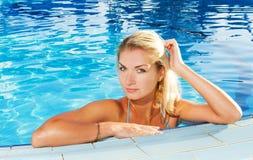 Frau, die in einem Pool sich entspannt Stockfotos