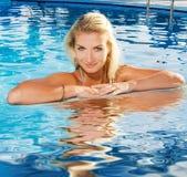 Frau, die in einem Pool sich entspannt Stockfoto