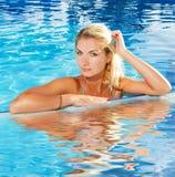 Frau, die in einem Pool sich entspannt Lizenzfreie Stockfotos