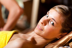 Frau, die in einem Schönheitsbauernhof sich entspannt Lizenzfreies Stockfoto