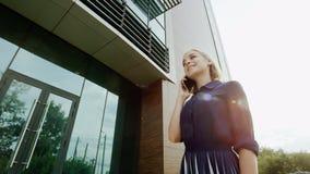 Frau, die an einem Telefon spricht Lizenzfreies Stockbild
