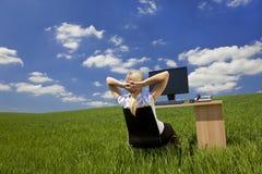 Frau, die in einem virtuellen grünen Büro sich entspannt Stockfoto