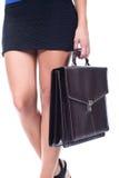 Frau, die einen Aktenkoffer anhält stockfotos
