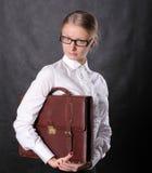 Frau, die einen Aktenkoffer anhält Stockfoto