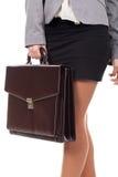 Frau, die einen Aktenkoffer steht und hält stockfotografie