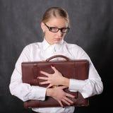 Frau, die einen Aktenkoffer umarmt Stockfoto