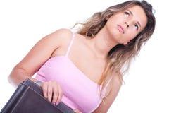 Frau, die einen Aktenkoffer und ein Denken anhält Lizenzfreie Stockfotos