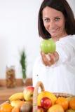 Frau, die einen Apfel anhält Lizenzfreies Stockfoto