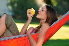 Frau, die einen Apfel isst Lizenzfreies Stockfoto