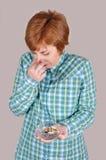 Frau, die einen Aschenbecher mit Zigarettenkippen hält Lizenzfreie Stockfotos