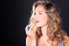 Frau, die einen Atemspray nimmt lizenzfreie stockbilder