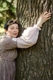 Frau, die einen Baum umarmt Stockfotos