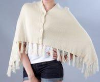 Frau, die einen Beige gestrickten Schal trägt Lizenzfreie Stockfotos