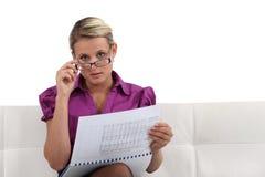 Frau, die einen Bericht liest Lizenzfreies Stockbild