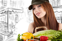 Frau, die einen Beutel voll von der gesunden Nahrung anhält. Lizenzfreies Stockfoto