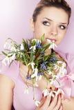 Frau, die einen Blumenstrauß hält stockfoto