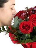Frau, die einen Blumenstrauß riecht Lizenzfreie Stockbilder