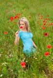 Frau, die einen Blumenstrauß riecht Stockfoto