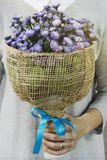 Frau, die einen Blumenstrauß von Blumen am Valentinstag hält lizenzfreies stockbild