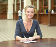 Frau, die einen Brief schreibt Lizenzfreie Stockbilder