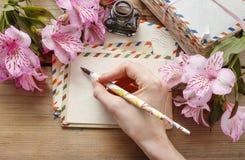 Frau, die einen Brief schreibt Stockfoto