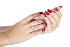 Frau, die einen Diamantring trägt Lizenzfreie Stockfotografie