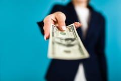 Frau, die einen 100 Dollarschein hält Stockbild