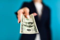Frau, die einen 100 Dollarschein hält Lizenzfreie Stockfotografie