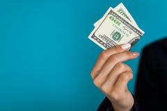 Frau, die einen 100 Dollarschein hält Stockfotos